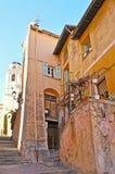 A rua montanhosa em Villefranche imagens de stock