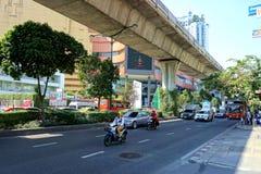 Rua movimentada de Sukhumvit em Banguecoque com árvores Foto de Stock