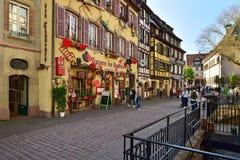 Rua movimentada no centro de cidade histórico Colmar, France fotos de stock royalty free