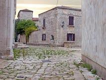 Rua na cidade antiga de Osor fotografia de stock