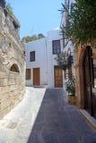 Rua na cidade grega, cidade de Lindos, ilha do Rodes, Grécia foto de stock