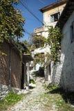 Rua na cidade velha do berat em Albânia Imagens de Stock Royalty Free