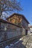 Rua na cidade velha e na casa de madeira em Bansko, região de Blagoevgrad Foto de Stock