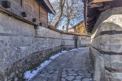 Rua na cidade velha e na casa de madeira em Bansko, região de Blagoevgrad Fotos de Stock