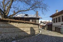 Rua na cidade velha e na casa de madeira em Bansko, região de Blagoevgrad Imagem de Stock Royalty Free