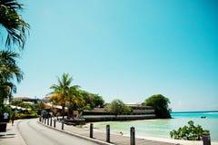 Rua na ilha de Barbados Restaurantes das caraíbas fotografia de stock