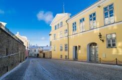 Rua na manhã gelado de Tallinn da cidade velha Foto de Stock Royalty Free