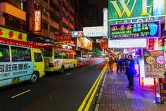 Rua na noite com os advertisings iluminados em Hong Kong Fotos de Stock Royalty Free