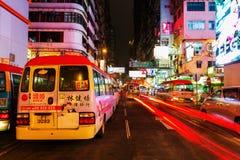 Rua na noite com os advertisings iluminados em Hong Kong Fotos de Stock