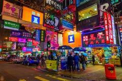 Rua na noite com os advertisings iluminados em Hong Kong Imagem de Stock