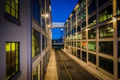 5a rua na noite, em Greensboro, North Carolina Foto de Stock Royalty Free