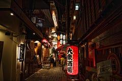 Rua na noite em Osaka, Japão Imagens de Stock
