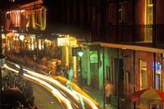 Rua na noite, Nova Orleães de Bourbon, Louisiana Fotografia de Stock Royalty Free