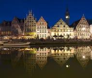 Rua na noite, senhor de Graslei, Bélgica foto de stock