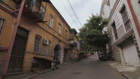 Rua na parte velha da cidade de Tbilisi, Geórgia Construções residenciais da arquitetura velha vídeos de arquivo
