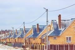 Rua na vila com as mesmas casas imagens de stock royalty free