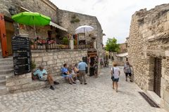 Rua na vila medieval de Les Baux de Provence Les Baux é entreg agora inteiramente ao comércio de turista, confiando em um reputa imagens de stock royalty free