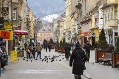 Rua no centro da cidade de Brasov Fotos de Stock Royalty Free