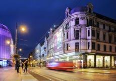 Rua no centro de Katowice, Polônia Os bu velhos e novos Imagem de Stock