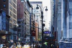 Rua no crepúsculo, 34o st do leste de Manhattan New York Fotografia de Stock