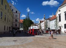Rua no Oldtown da capital Bratislava de Slovakias imagens de stock royalty free