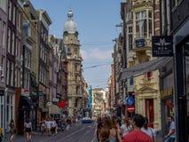 A rua ocupada da compra de Leidsestraat imagens de stock royalty free
