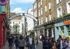 Rua ocupada de Carnaby, Londres, Inglaterra Fotos de Stock Royalty Free