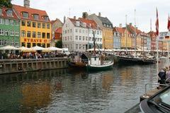Rua ocupada do lazer pelo porto velho de Copenhaga imagens de stock royalty free