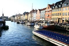 Rua ocupada do lazer pelo porto velho de Copenhaga imagem de stock royalty free