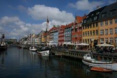 Rua ocupada do lazer pelo porto velho de Copenhaga foto de stock royalty free