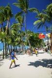Rua ocupada do restaurante da loja da praia principal no philipp da ilha de boracay fotografia de stock