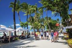 Rua ocupada do restaurante da loja da praia principal no philipp da ilha de boracay fotos de stock