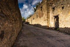 A rua pavimentada antiga ? recuperada no meio das ru?nas romanas em Pompeii, It?lia fotos de stock royalty free