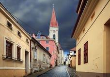 Rua pavimentada velha na baixa histórica Znojmo, República Checa Fotografia de Stock