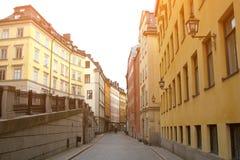 Rua pedestre abandonada na parte velha de ?stocolmo, Su?cia Casas coloridas com lanternas do vintage imagens de stock royalty free