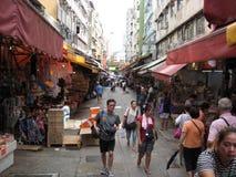 Rua pedestre ocupada em Tai Po, Hong Kong fotografia de stock