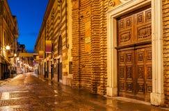 Rua pedestre velha na noite Fotografia de Stock Royalty Free