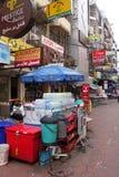 Rua pequena ao longo da estrada de Sukhumvit, Banguecoque Imagens de Stock Royalty Free