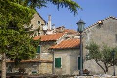 Rua pequena com casas Fotos de Stock Royalty Free