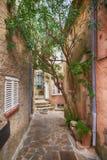 Rua pequena em Saint Tropez, França Fotografia de Stock