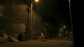 Rua pequena vazia nos precários do capital da Índia foto de stock