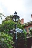 Rua pitoresca de Bourbon A interseção das ruas em Nova Orleães e no sinal de estrada velho fotografia de stock royalty free