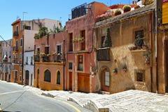 Rua Placa de Sant Joana no centro de cidade velho Tarragona, Spain imagem de stock