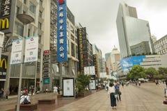 Rua principal da compra em Shanghai, China foto de stock