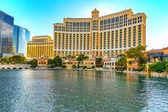 A rua principal de Las Vegas é a tira Casino, hotel e recurso Bellagio imagem de stock royalty free