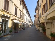 Rua principal de Pietrasanta cidade pequena no norther Toscânia de Versilia Fotografia de Stock Royalty Free