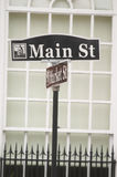 A rua principal do St assina dentro a cidade pequena EUA Fotos de Stock Royalty Free