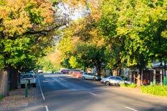 Rua principal em Yackandandah, uma cidade pequena do turista no país alto vitoriano imagens de stock royalty free