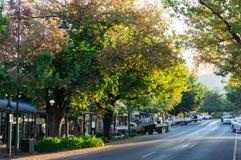 Rua principal em Yackandandah, uma cidade pequena do turista no país alto vitoriano fotografia de stock