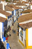 Rua principal flanqueada por casas whitewashed típicas. Obidos. Portugal Foto de Stock